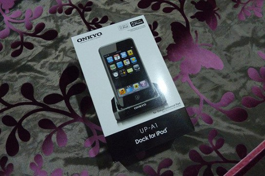 Onkyo UP-A1 iPhone/iPod dock - package 544px