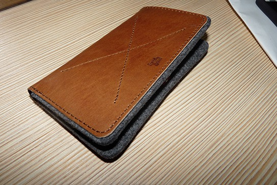 Hard Graft iPhone Wallet with iPhone 4 closed 544px