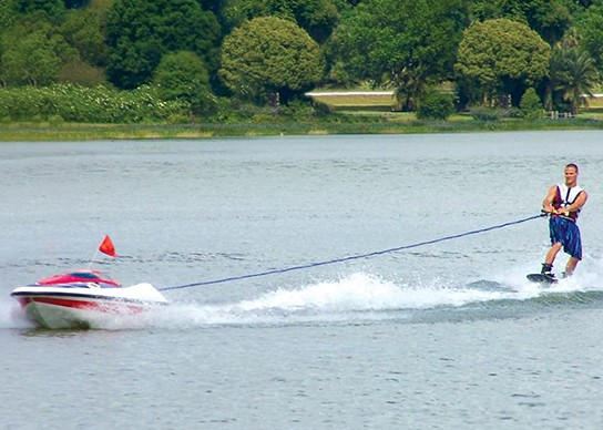 The Skier Controlled Tow Boat 544x388px