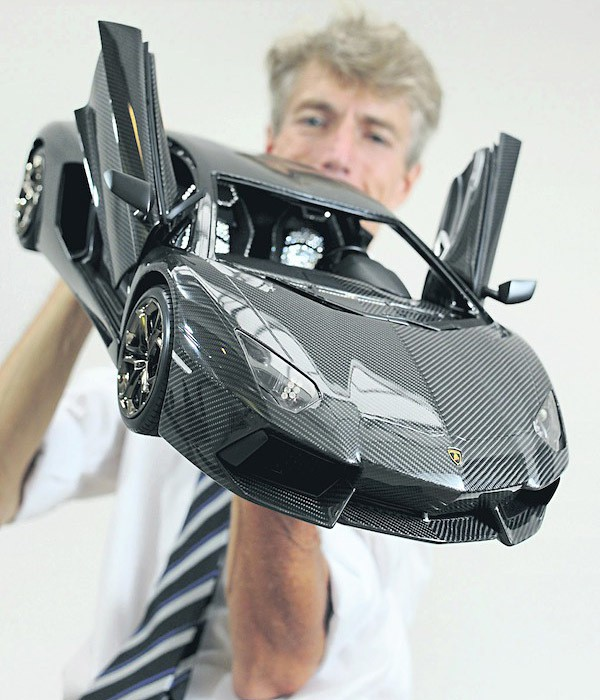 Robert Gülpen with his custom 1:8 scale Lamborghini Aventador 600x700px