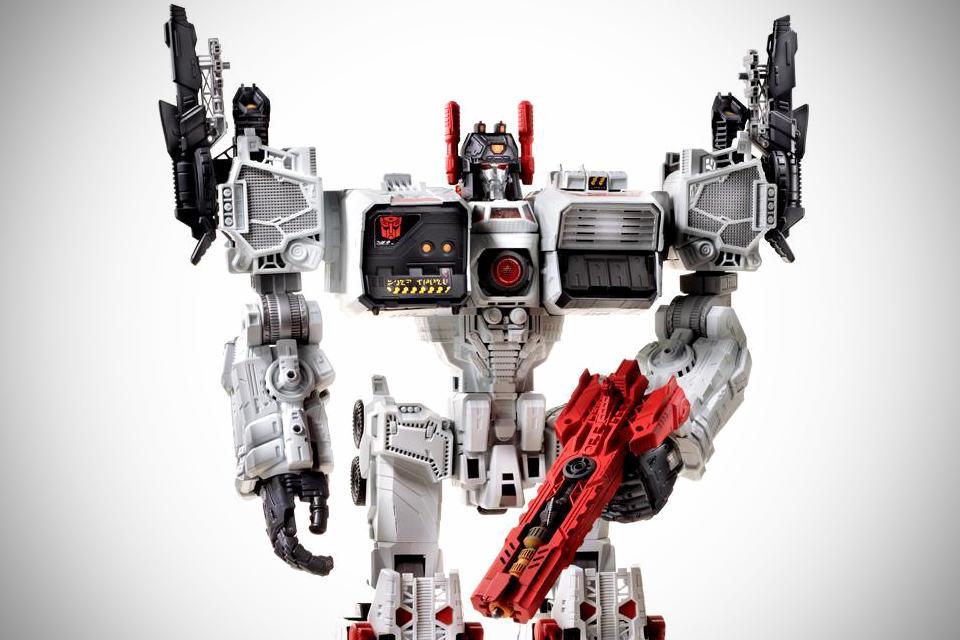 Hasbro Transformers Metroplex - Robot Mode - Close-up