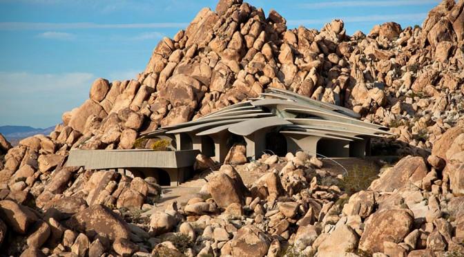 Organic Modern Estate: Sci-Fi-Style Desert Home