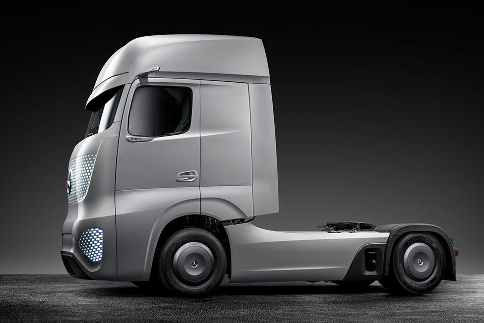 mercedes benz wants to eliminate road accidents with self driving truck future truck 2025. Black Bedroom Furniture Sets. Home Design Ideas